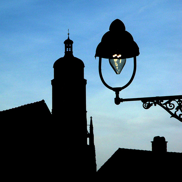 Silhouette von Nördlingen mit historischer Gaslaterne